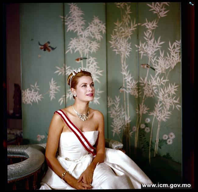 20190529103855_03-1959年摩纳哥嘉丽丝王妃的官方相片(图片版权 © georges lukomski  摩纳哥王宫档案馆)