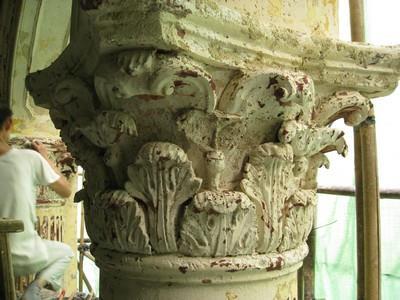 技師修補柱頭花飾