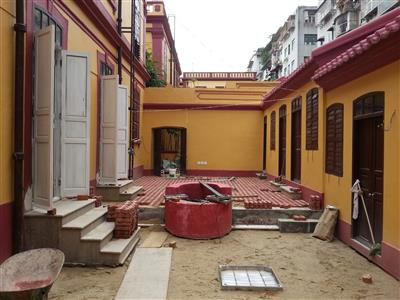 拆除C-D座內庭院之分隔牆並鋪設新地磚