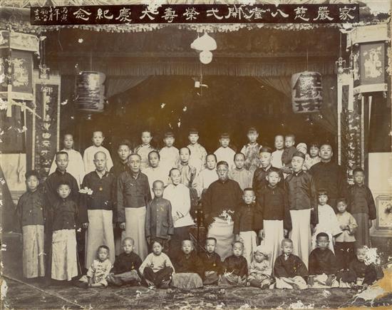 20年代,饶氏家族大合照。(饶宗颐教授位於前排站立左五) 01