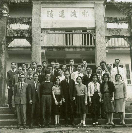 60年代,饶宗颐教授与香港大学中文系学生们摄於青山禅院杯渡禅师遗迹。 02