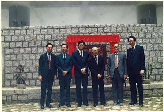 1986年,《东亚大学创建记》立碑典礼上各嘉宾合照。该记由罗慷烈教授撰,饶宗颐教授书。(此图由澳门大学提供) 03