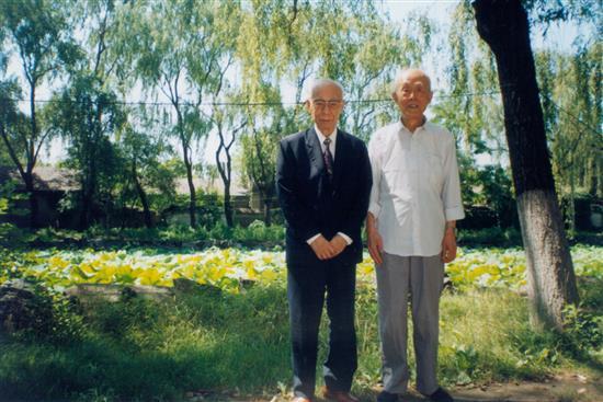 饶宗颐教授与季羡林教授合照於北京大学校园。 04