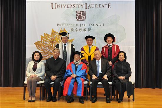 2013年,饶教授获颁授香港大学首位「桂冠学人」,乃为该校最高学术荣誉。 07