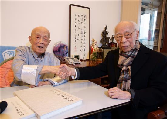 2008年,饶教授在北京探访季羡林教授。 11