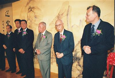 Prof. Jao Tsung-i at the exhibition Rules by the Masters: Paintings and Calligraphies by Ba Da and Shi Tao, Collections from the Palace Museum and Shanghai Museum in Macao on 3 September 2004. (By courtesy of the Civic and Municipal Affairs Bureau)