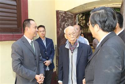 2012年10月19日,饒宗頤教授參觀荷蘭園95號C、D座。