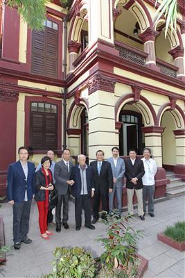 2013年7月11日,饒宗頤教授再次向特區政府捐贈書畫作品,行政長官崔世安向饒教授致送紀念品。(新聞局提供)