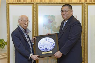 Chief Executive Chui Sai On presented a souvenir to Prof. Jao Tsung-i on 11 July 2013 on the occasion of his second donation of artworks to the Macao S.A.R. Government. (By courtesy of the Government Information Bureau)